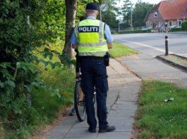 Politimand tjekker cyklist